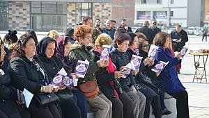 Çocuk istismarını kitap okuyarak protesto ettiler