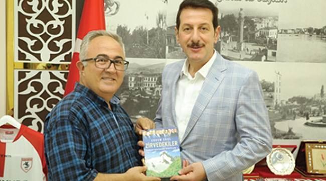 Gazeteci Erdem Erol, Tok'a Zirvedekiler kitabını hediye etti.