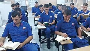 Jandarmada kitap okuyor