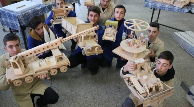 Atıktan yaptıkları oyuncakların makinelerini de kendileri üretiyor
