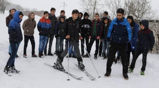 Yatılı ortaokul öğrencileri kayak öğreniyor