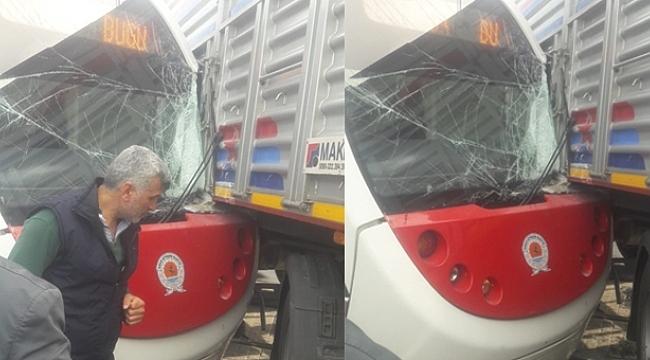 Samsun'da tramvay tıra çarptı