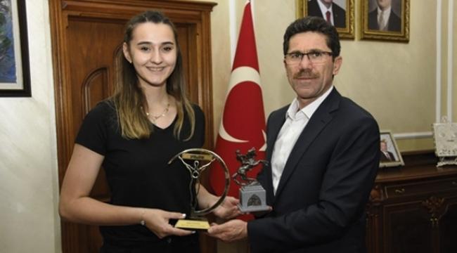 Büyükşehir Anakentspor'un genç voleybolcusu Türkiye örnek oldu