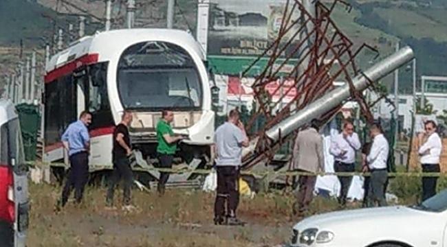 Samsun'da raydan çıkan tramvayenerji direğini yıktı