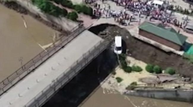 Terme'deki köprünün yıkılma anı kamerada