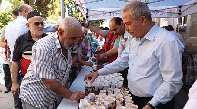 Başkan Demirtaş vatandaşlara lokma dağıttı