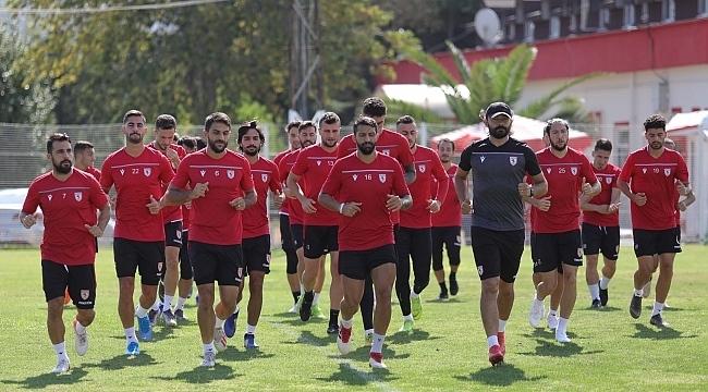 Kırmızı beyazlı ekip maça hazır