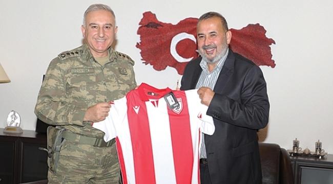 Başkan Uyanık'tan Topçu Albay Üstün ve Cumhuriyet Başsavcısı Kılıç'a forma