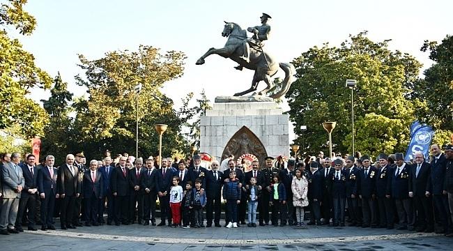 Atatürk Anıtı'na çelenk