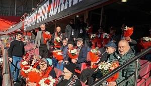 Samsunspor huzurevi sakinlerinin yüzünü güldürdü