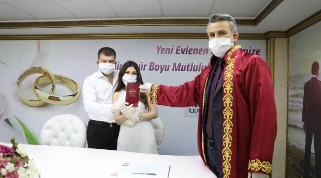 İlkadım'da virüse karşı eldivenli ve maskeli nikah