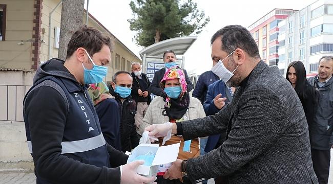 Başkan Sarıcaoğlu pazarda maske dağıttı