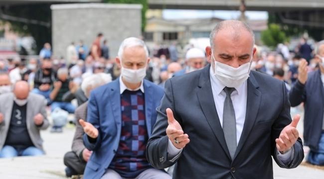 Başkan Sandıkçı onlarca Canikli ile cuma namazı kıldı
