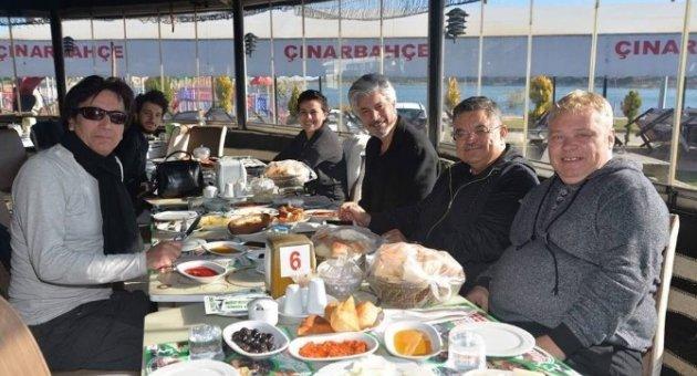 Başkan Yağcı'dan Süheyl ve Behzat Uygur kardeşlere muhteşem manzara eşliğinde sabah kahvaltısı