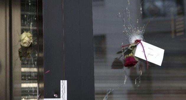Parisliler Kurşun Deliklerini Çiçeklerle Doldurdu