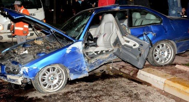 Refüje çıkan otomobil ağaçları yerinden söktü: 3 yaralı